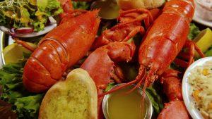 homard frais cuit sur demande de notre vivier a votre assiette